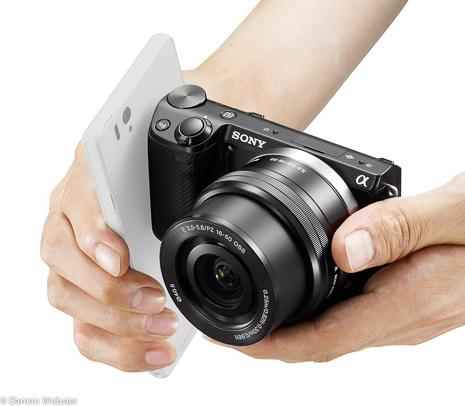 NEX-5T_hand_NFC-2